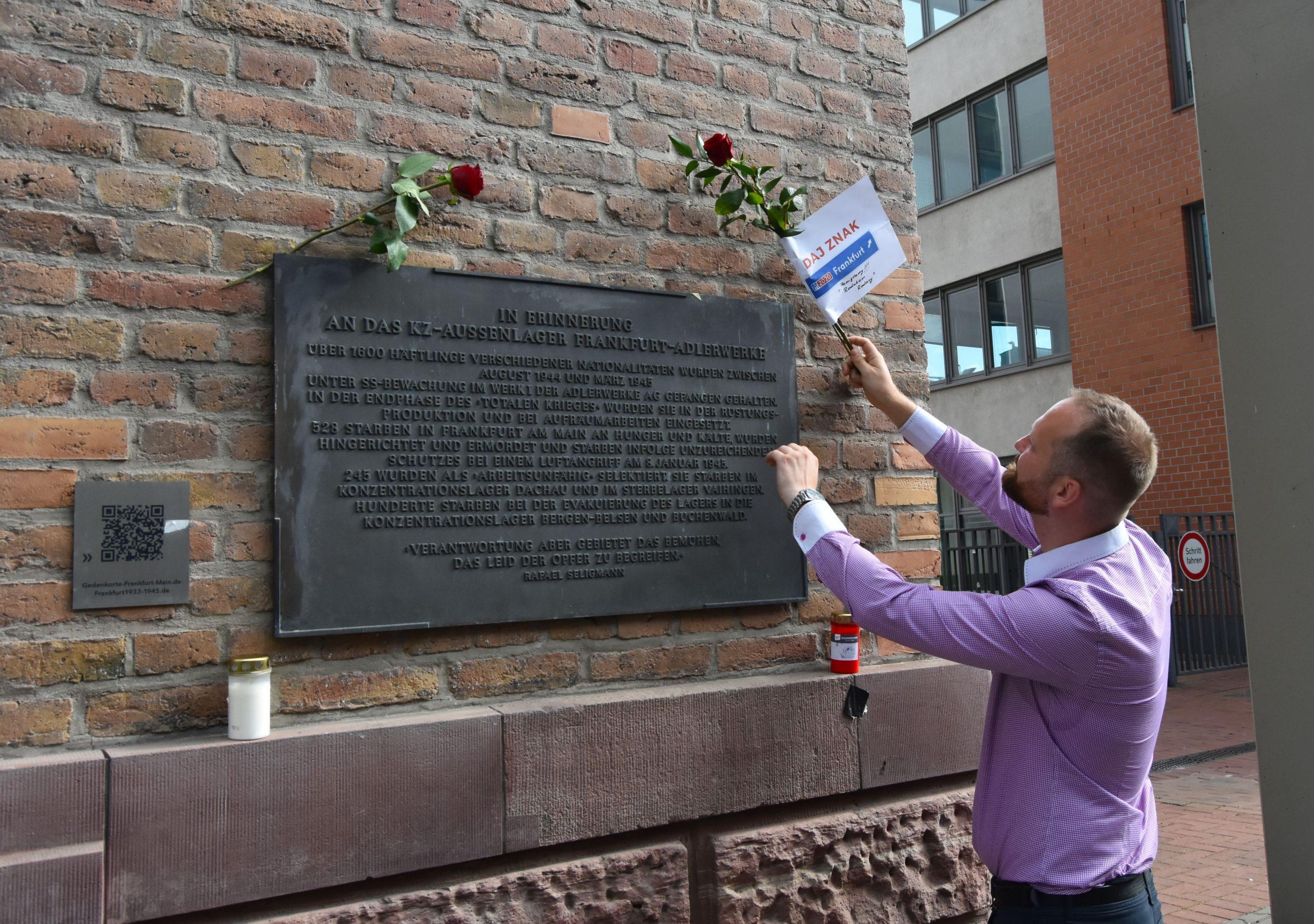76 rocznica wybuchu Powstania Warszawskiego pod tablicą pamiątkową na budynku obozu koncentracyjnego KZ Katzbach (Adlerwerke)